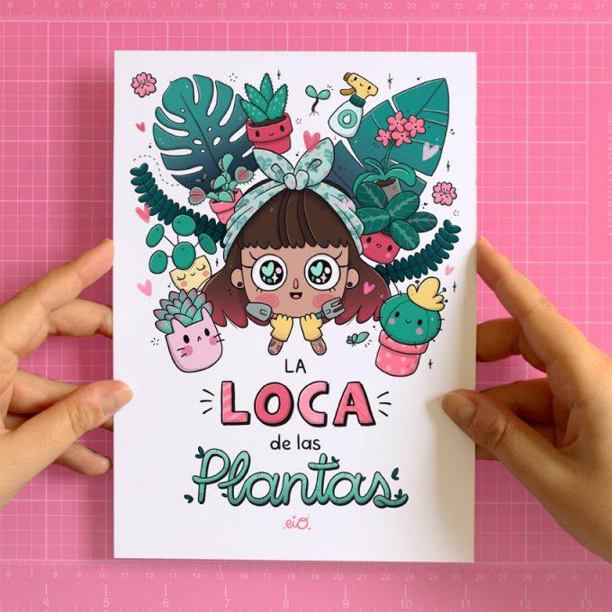 manos cogiendo una lamina impresa de la loca de las plantas ilustrada por eiO
